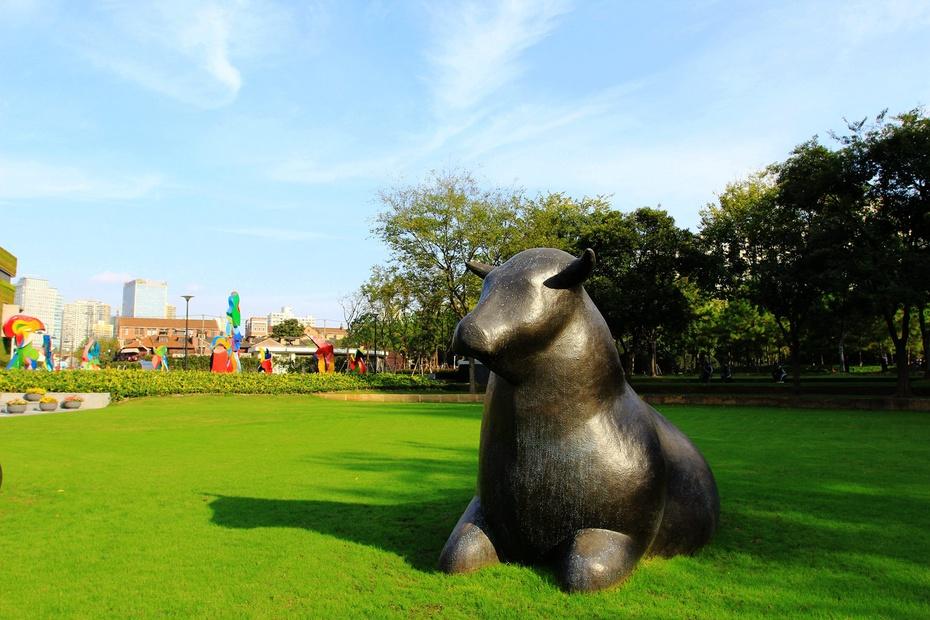静安雕塑公园是上海市中心唯一专类雕塑公园,兼有生态功能、艺术功能、文化功能的城市公共产品静安雕塑公园。最近静安雕塑公园举办雕塑展览,时间是9月20日至11月20日,今天恰好落幕。赶上好天,总有不少摄影发烧友前往拍摄,而我也算是其中一位吧!选择一个好的天气,大早的起来,背着相机去拍摄。 2014中国 上海静安国际雕塑展在上海静安雕塑公园举行。9月19日,来自11个国家15位艺术家的59件作品向公众揭开了面纱。自2010年起,该展览每两年举办一次,城市家园是今年第三届展览的主题。 对于城市家园这个主
